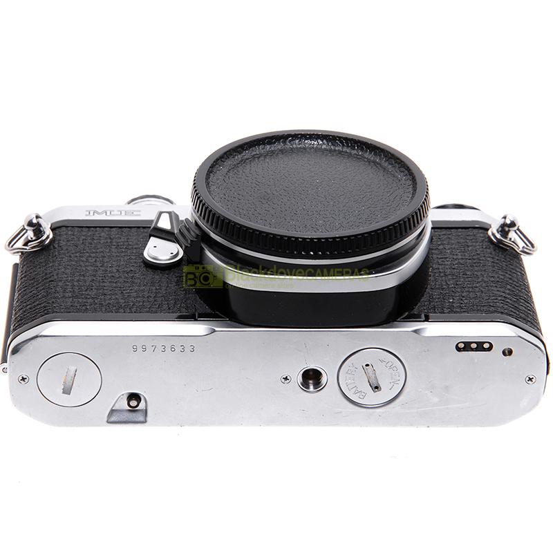 Fotocamera Pentax ME Reflex a pellicola usata. Macchina fotografica analogica.